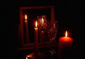Особенности гадания на зеркале при свечах
